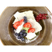 Pavlova dessert with pistachio cream